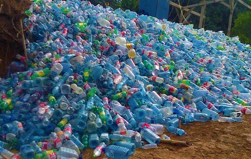 гора пластиковых бутылок